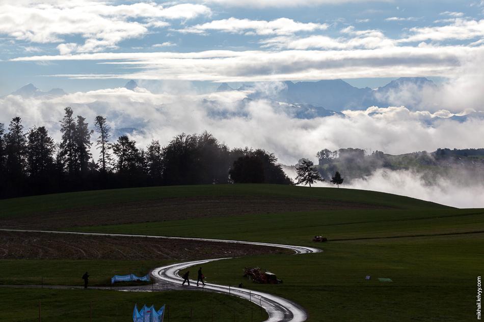 Гора Гуртен. На самый верх горы есть дорога, но автомобильного движения по ней нет. Только пешеходы. Швейцарцы нещадно ограничивают автомобильное движение, для них экология на первом месте. Особенно в парковых зонах.