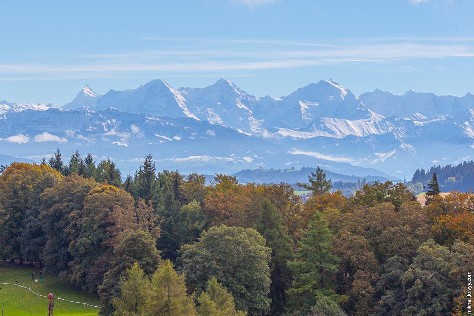 Горы Эйгер, Мёнх и Юнгфрау (слева направо). Вид с холма Гуртен в Берне (Швейцария).