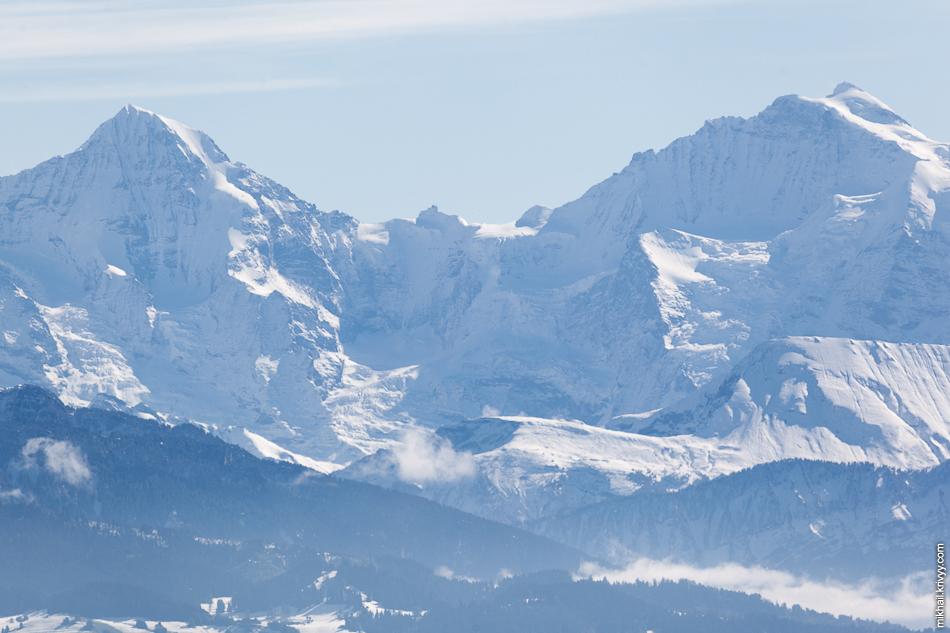 """Горы Мёнх (слева) и Юнгфрау (справа). Небольшое возвышение по центру - обсерватория """"Сфинкс"""" на перевале Юнгфрауйох (Jungfraujoch)."""