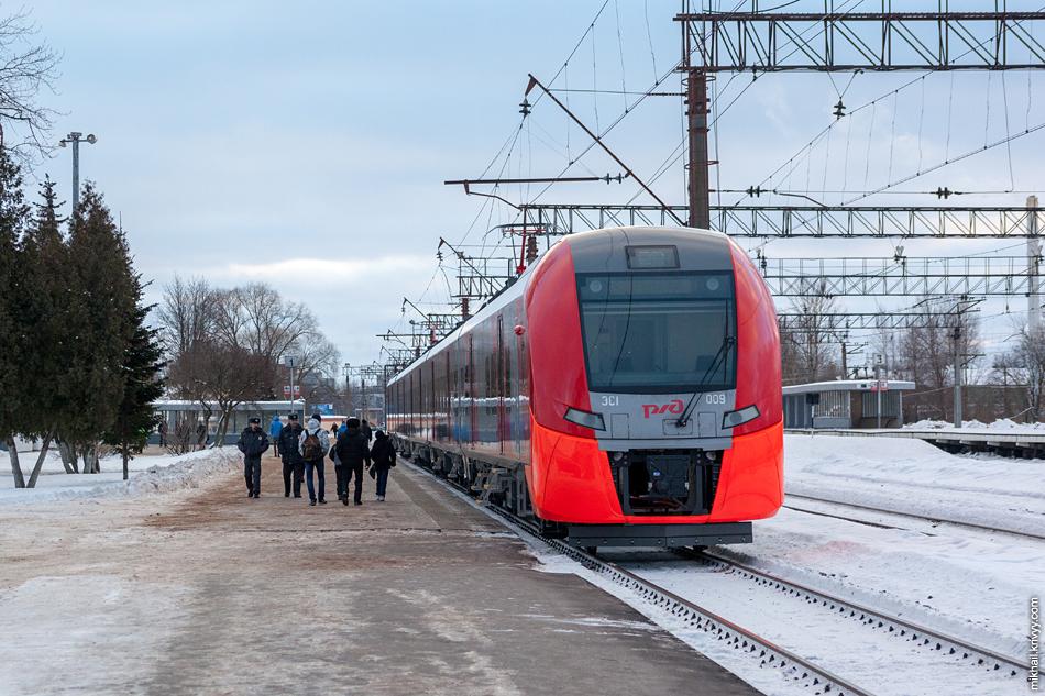 """Электропоезд ЭС1-009 """"Ласточка"""" на станции Новгорд-на-Волхове."""