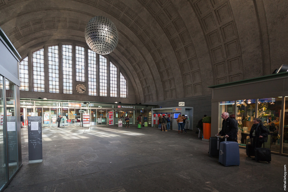 Основной холл вокзала Базель-Бадишер (Basel Badischer Bahnhof). Это территория Швейцарии.