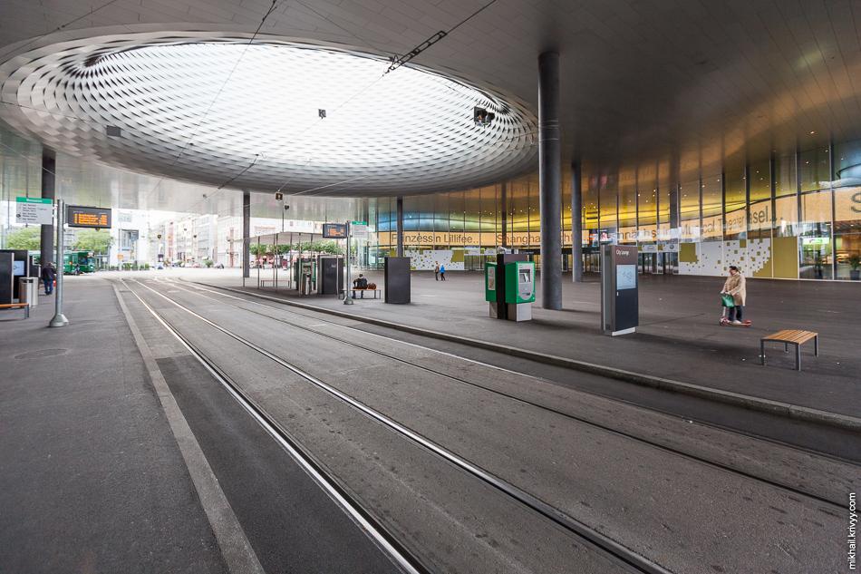 Трамвайная остановка. Над улицей надстроили торговый центр.