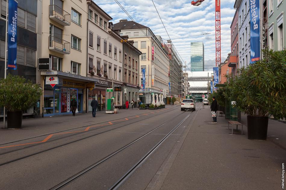 Интересно, как они решают споры по поводу того что можно строить в городе, а что нет. Вдалеке, торговый центр перекрывающий улицу верхними этажами.