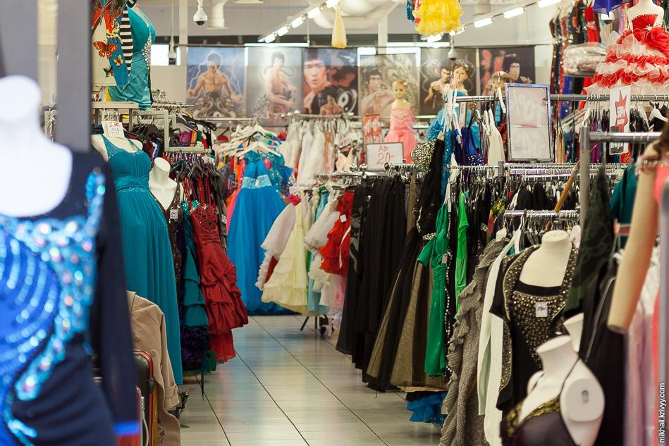 Вот такой странный магазин с платьями и Брюсом Ли.