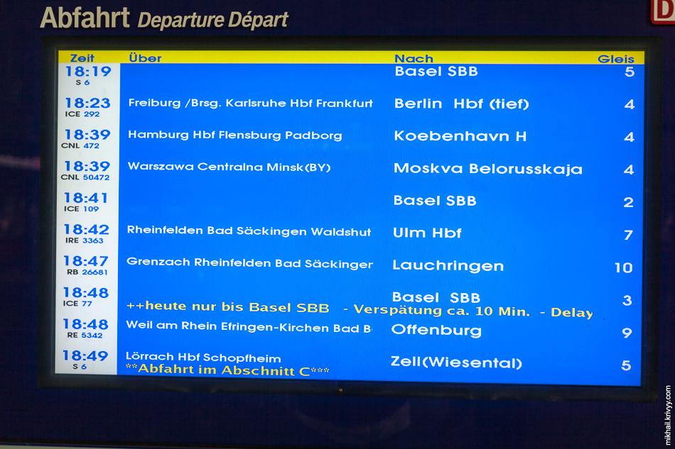 Оказывается есть поезд Базель - Москва (Белорусский вокзал). Стоит 350 евро в одну сторону.