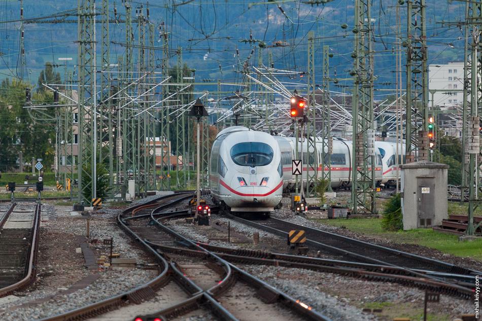 А вот и наш поезд. ICE3 следующий по маршруту ICE100 Базель СББ (Basel SBB) - Эссен (Essen Hbf.). Он разгонит нас до 305 км/ч. Но об этом позже.