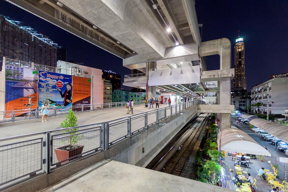 """Первое, что мы увидели а Бангкоке - пересадочный узел с """"аэроэкпрессом"""" (верхний уровень), надземным метро (SkyTrain, средний уровень), пригородными поездами и автобусам с такси (на уровне земли)."""