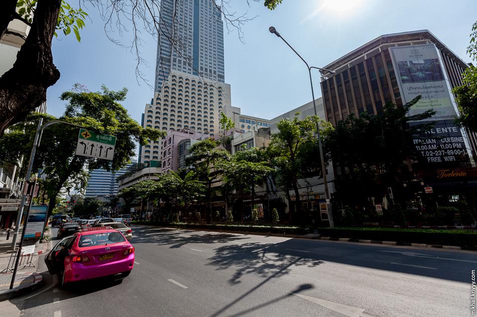 Вышли из гостиницы, а тут Силом Роад (Silom Road). Типичная улица центральной части Бангкока.