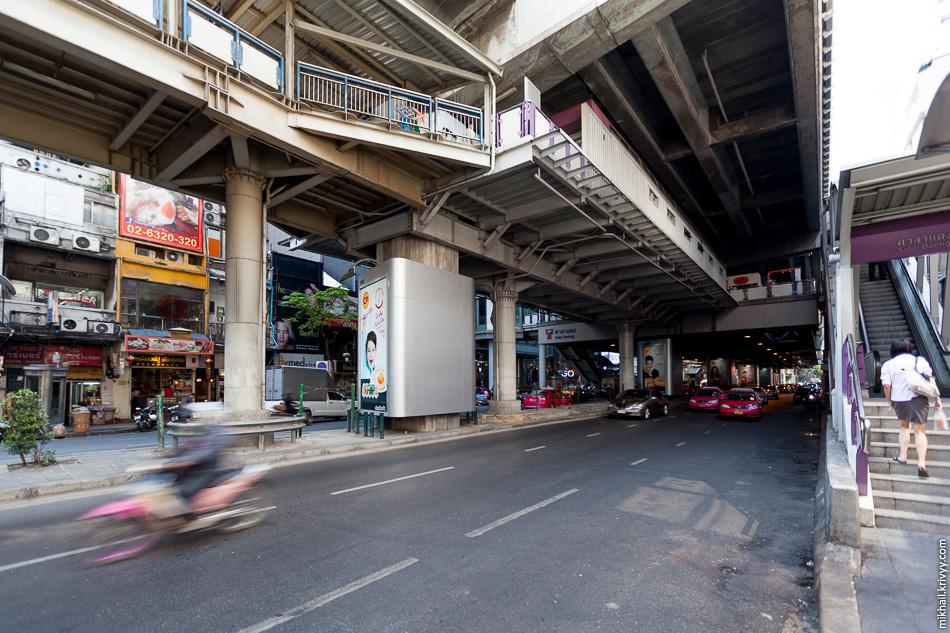Пошли пешком до станции надземного метро Сала Даенг (Sala Daeng). Надо сказать, что в жарком и влажном климате эстакады над улицами не такая уж и плохая идея. Лишняя тень тут никогда не помешает.