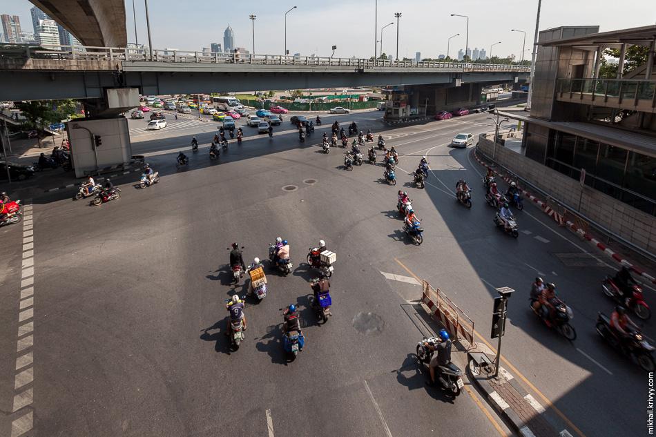 Перекресток Силом Роад (Silom Road) и Рама IV Роад (Rama IV Road)