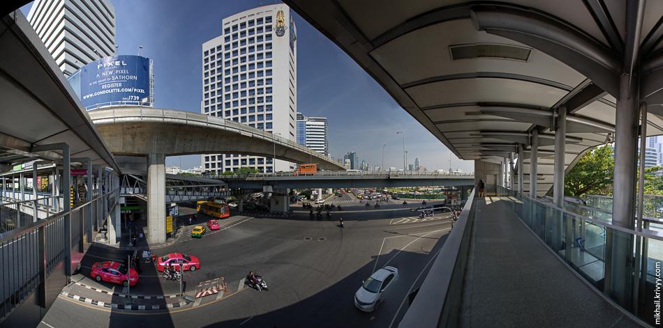 Надземное метро подтянуло за собой пешеходную инфраструктуру. Надземные переходы могут быть достаточно протяженными и не только пересекать улиц, но и идти вдоль них.