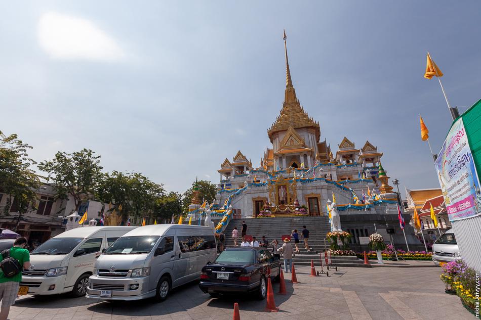 Напарковать машины прямо у ступеней храма - нормальное явление. Никакой золотой Будда не остановит.