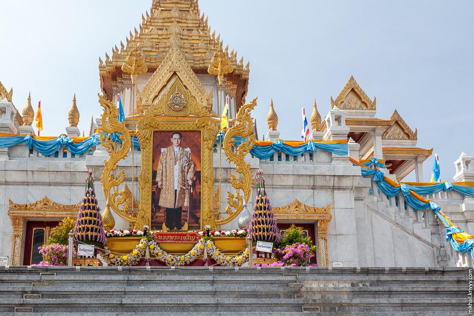 Храм Ват Траймит и украшения к дню рождения короля. Ват Траймит известен тем что внутри находится самая большая в мире цельнолитая золотая статуя. Само собой, это статуя Будды.