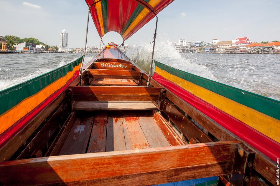 После храма Ват Траймит мы арендовали лодки и покатались по реке Чаупхрая (แม่น้ำเจ้าพระยา) и примыкающим каналам.