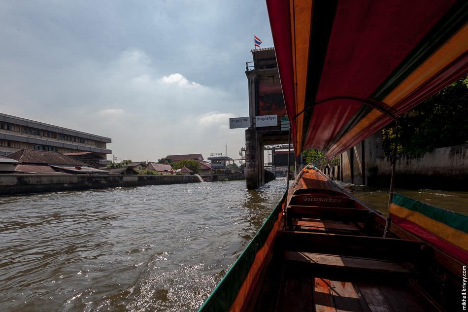 От реки Чаупхрая каналы отделены шлюзами и плотинами. В декабре они все открыты.