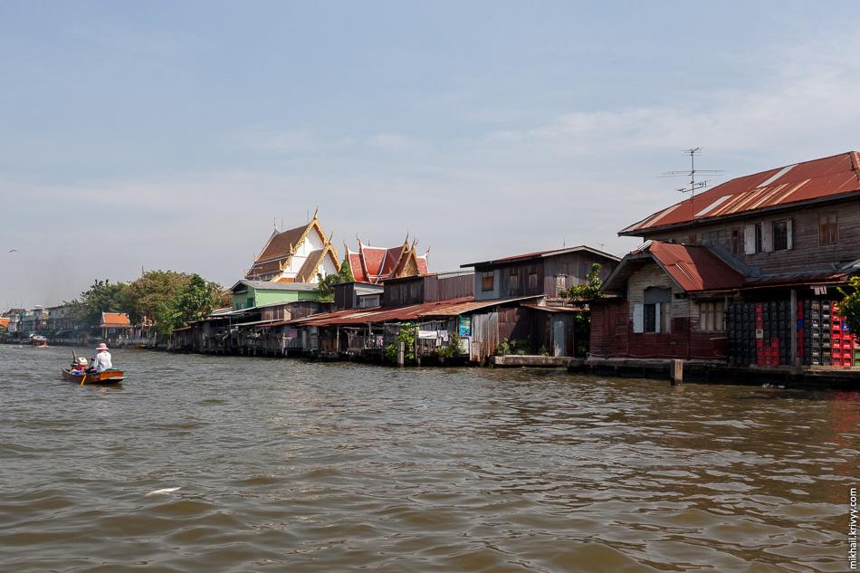 Большая часть домов вдоль каналов достаточно скромные. Удивительная деревня прямо в центре города.