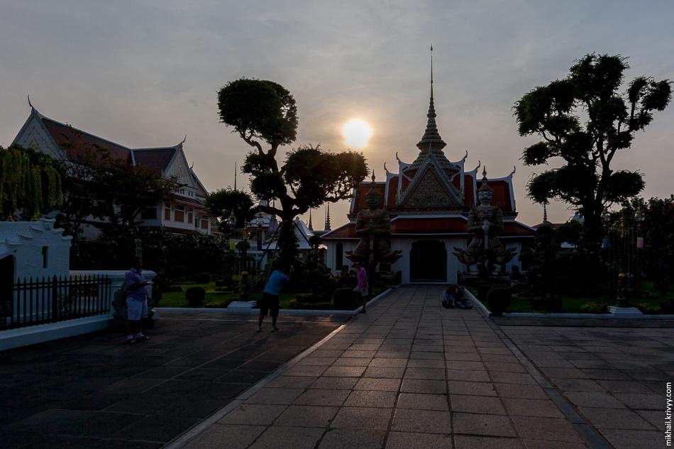 День начал подходить к концу. Самое время посетить храм Ват-Арун (храм рассвета).