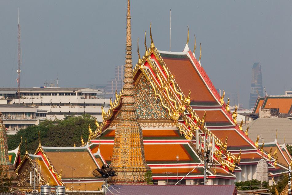 На рассвете пришлось бы любоваться Бангкоком против солнца. А на закате наоборот. На фото храм Ват Пхо.