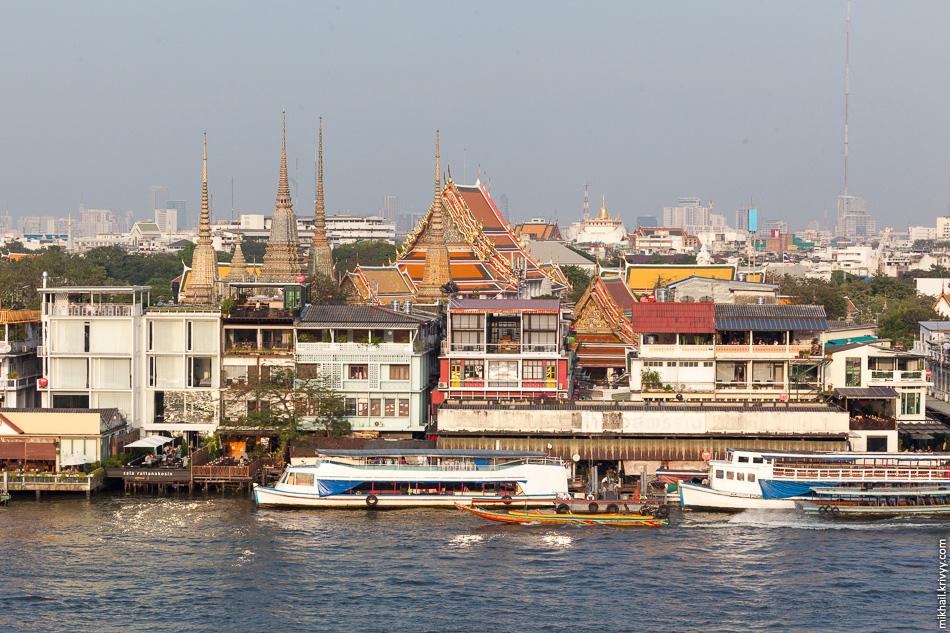 Храм Ват-Арун интересен, прежде всего, как обзорная площадка. Переправа через реку стоит три бата. На фото храм Ват Пхо.