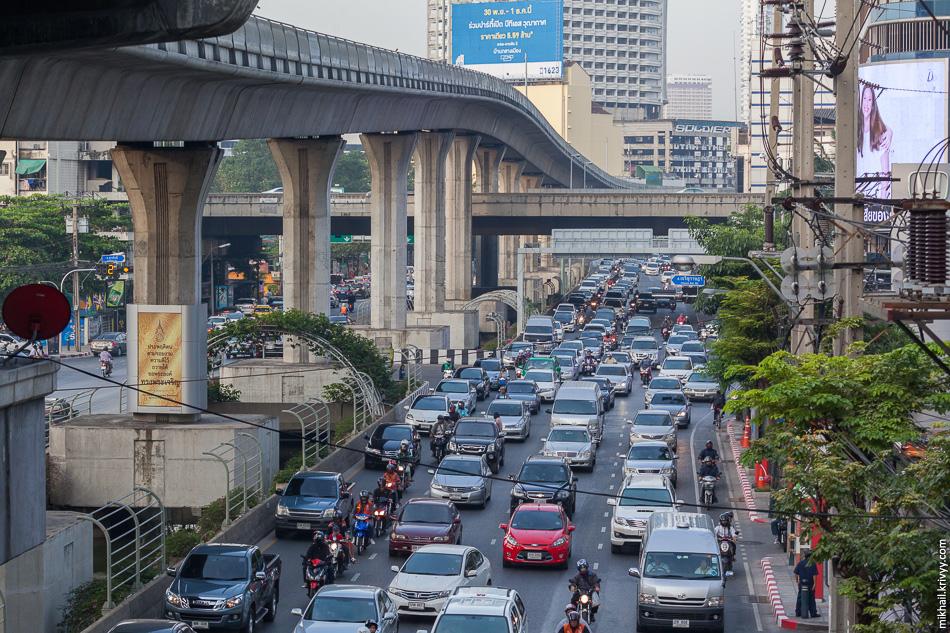 Уезжаем в сторону Maeklong. Утренние пробки. Улица Sathon Nuea Road и зеленная ветка надземного метро (BTS Skytrain). Поперек, на эстакаде, платная дорога Sirat Expy.