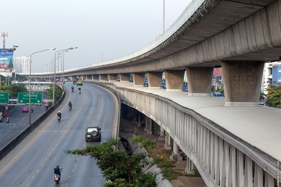 Надземное метро подтянуло за собой и минимальную пешеходную инфраструктуру (с которой в Бангкоке проблемы). По крытому пешеходному проходу между землей и поездами BTS Skytrain идти удобнее всего.