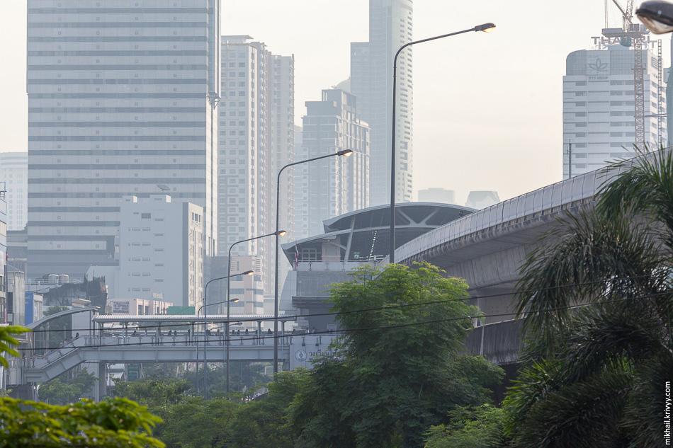 Надземная пешеходная инфраструктура у станции надземного метро BTS Wongwian Yai.