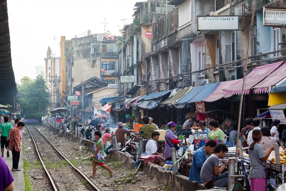 Станция Wongwian Yai. Тут везде рынок.
