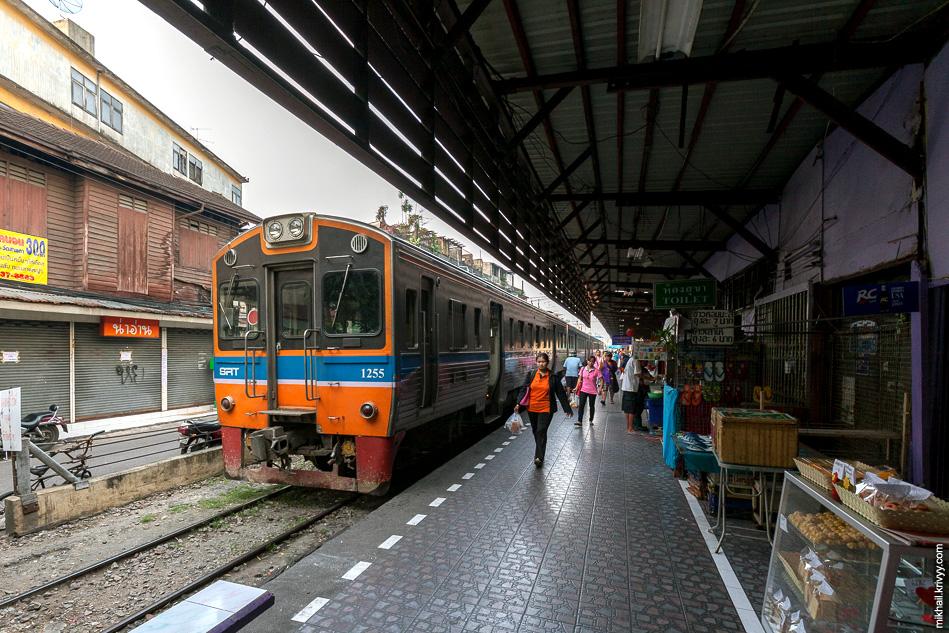 Ну и для сравнения, рядовой пригородный поезд. SRT NKF 1255 на станции Wongwian Yai.