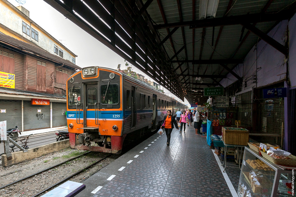 Поезд NKF 1255 на станции Wongwian Yai.