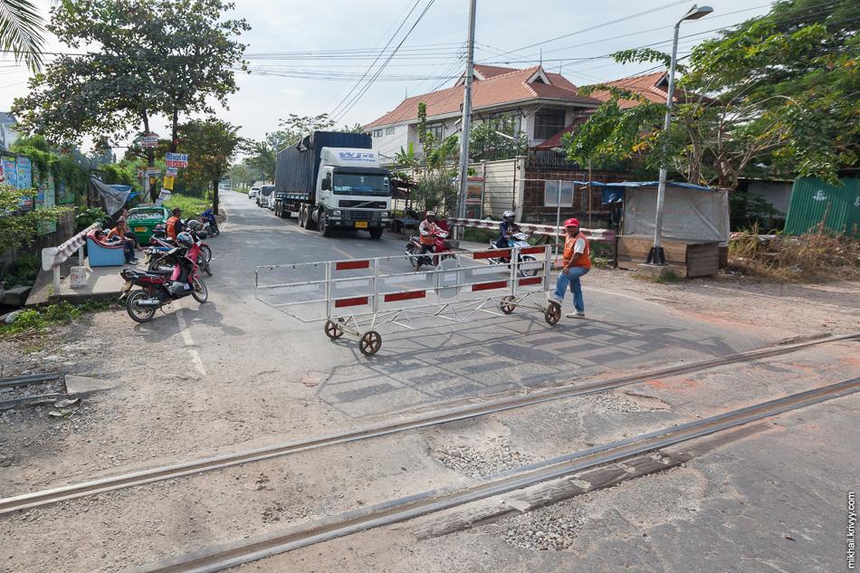 Западный участок проходит по густонаселенным пригородом Бангкока. Пейзажи тут, в основном, урбанистические.