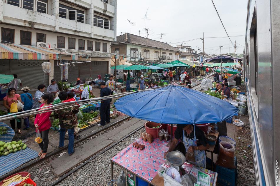 Поезд прибывает на станцию Maha Chai. Особо ленивыми до Maeklong ехать не обязательно. Железнодорожно-рыночной атмосферой можно проникнуться и тут.