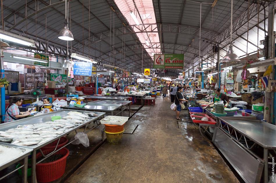Основная часть рынка находится в окрестностях станции Маеклонг (Maeklong). На железнодорожных путях расположена лишь малая его часть.