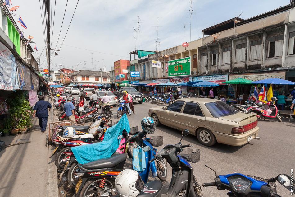 Рынок захватил все вокруг. Улицы, площади, дома и железную дорогу.