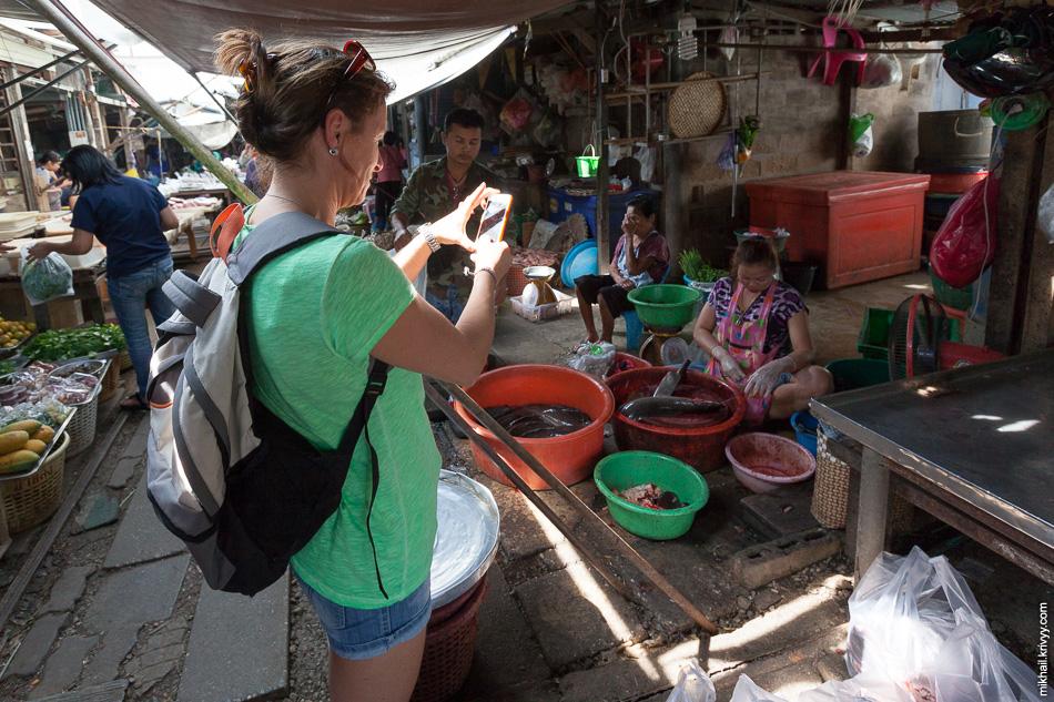 Ну если не считать туристов. На таких провинциальных рынках они редкость.