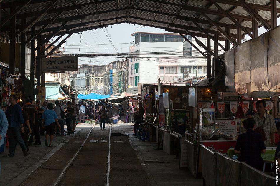 Вид на рынок со станции Маеклонг (Maeklong). Сама станция тоже по большей части рынок.