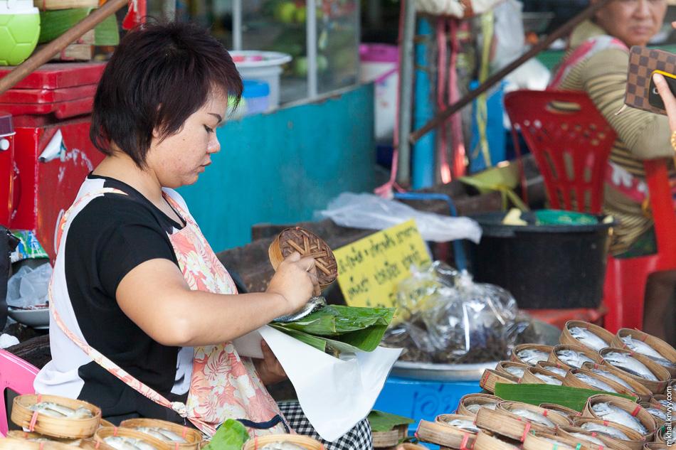 Большую часть времени этот рынок мало отличается от остальных припортовых рынков.