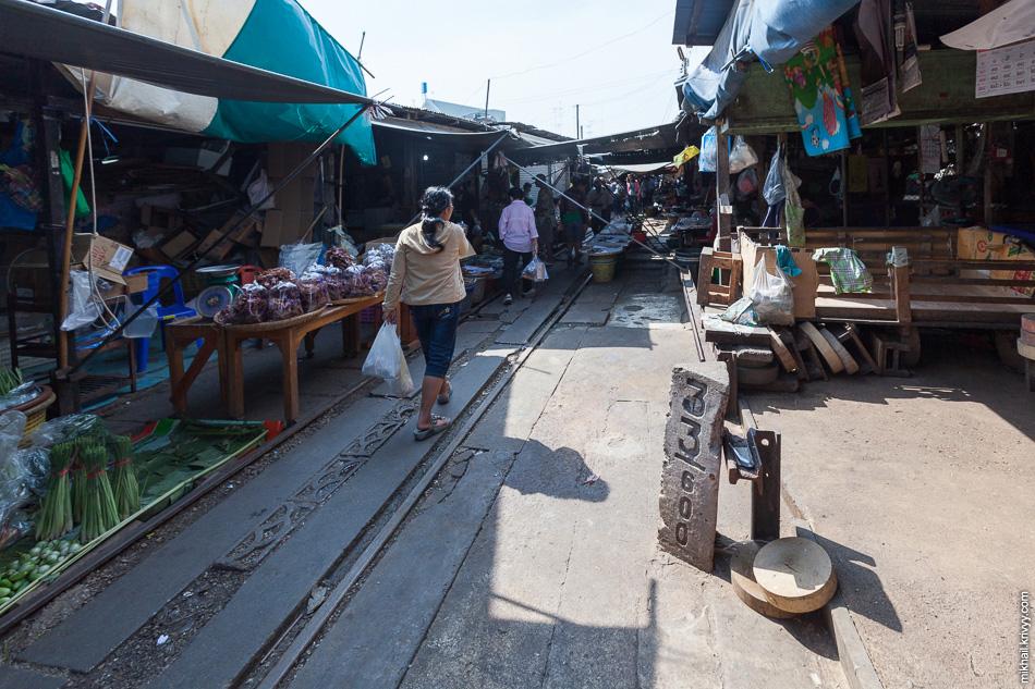 Пикетный столбик в центре рынка Маеклонг (Maeklong).