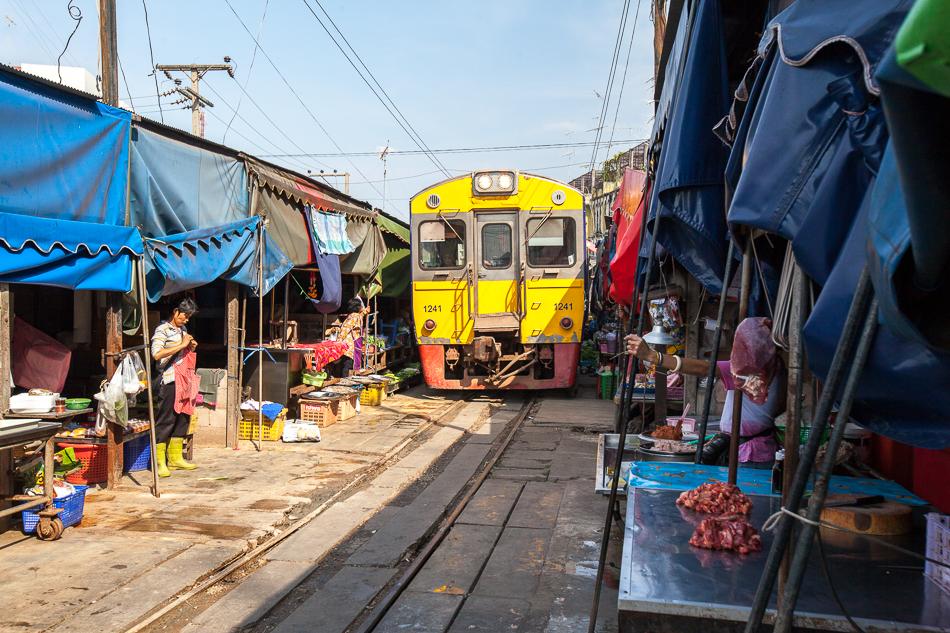 Поезд со стороны станции Ban Laem идет достаточно медленно, около 10 км/ч. В обратную же сторону, к концу рынка, поезд может разогнаться до 20 км/ч.