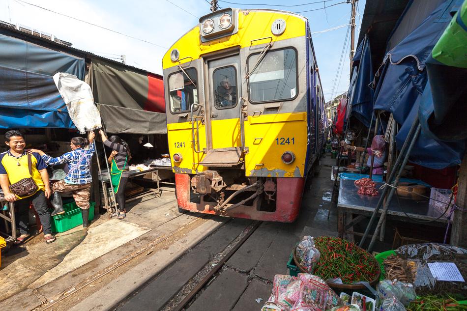 Маеклонг (Maeklong) - здесь, шесть раз в день, рынок превращается в железную дорогу.
