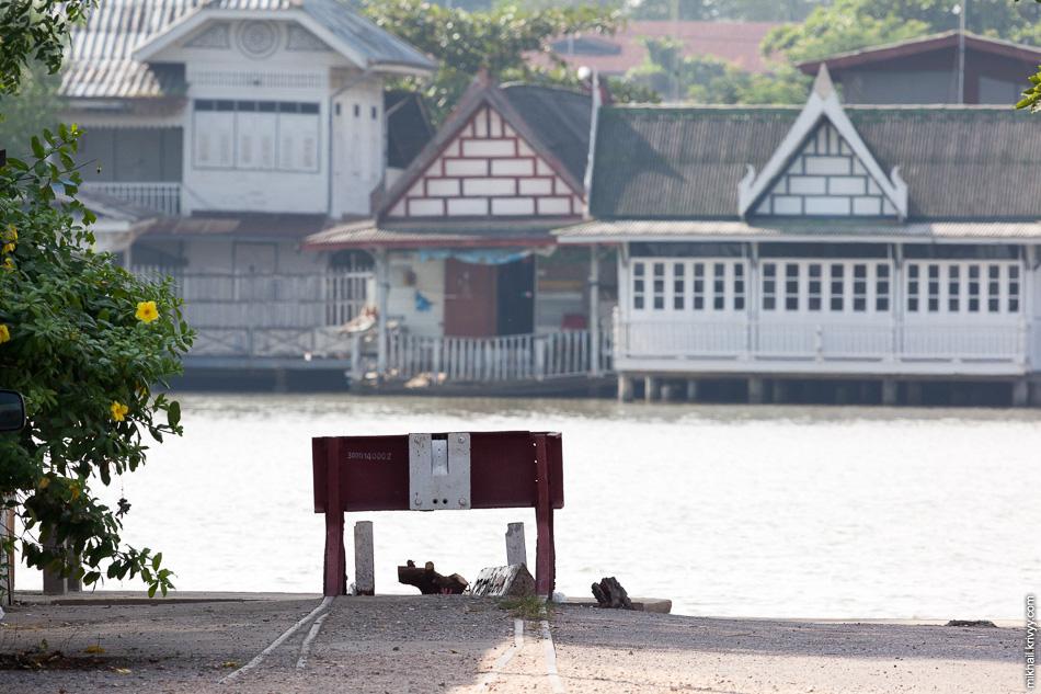 А вот так заканчивается линия Maeklong Commuter. Вполне логично упираясь в реку Mae Klong.