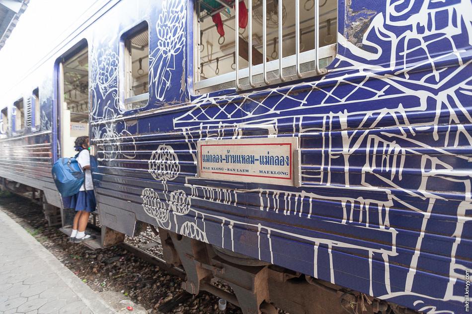 В западной части курсируют поезда в туристической раскраске. Школьники - одни из основных пассажиров на этом направлении.