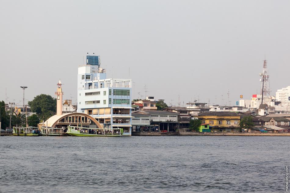 Паромный терминал на реке Maha Chai. С него отправляется паром на другую сторону реки.