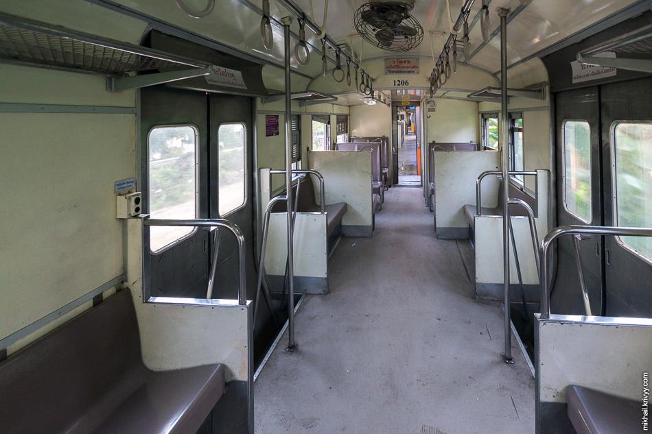Ну а вот так поезд выглядит внутри. На каждой конечной станции вагоны моют. Вагоны не новые, но чистые.