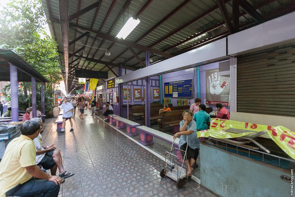 Кассы и зал ожидания на станции Wongwian Yai (Бангкок). Их еще найти нужно на этом рынке.