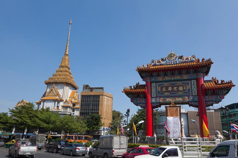 Ворота Чайна-тауна и храм Ват Траймит (золотой Будда).