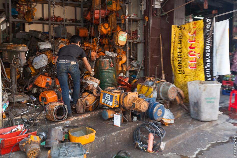 А вот улица на которой торгуют всякими железками. В одном из магазинов - электродвигатели.