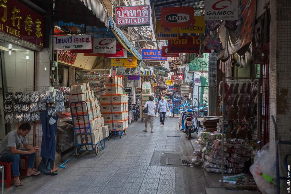 Чайна-таун - одно из самых атмосферных мест в Бангкоке. Вот улица на которой торгуют тапочками. Только тапочками!!!!