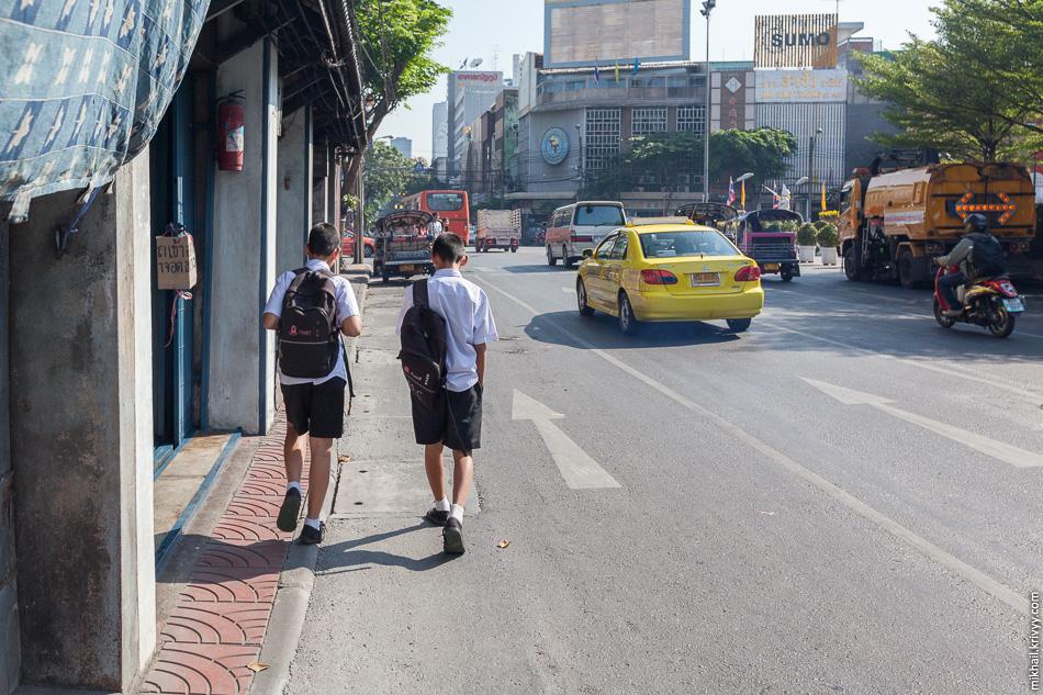 Школьники и тротуар. Немного пешеходной инфраструктуры.