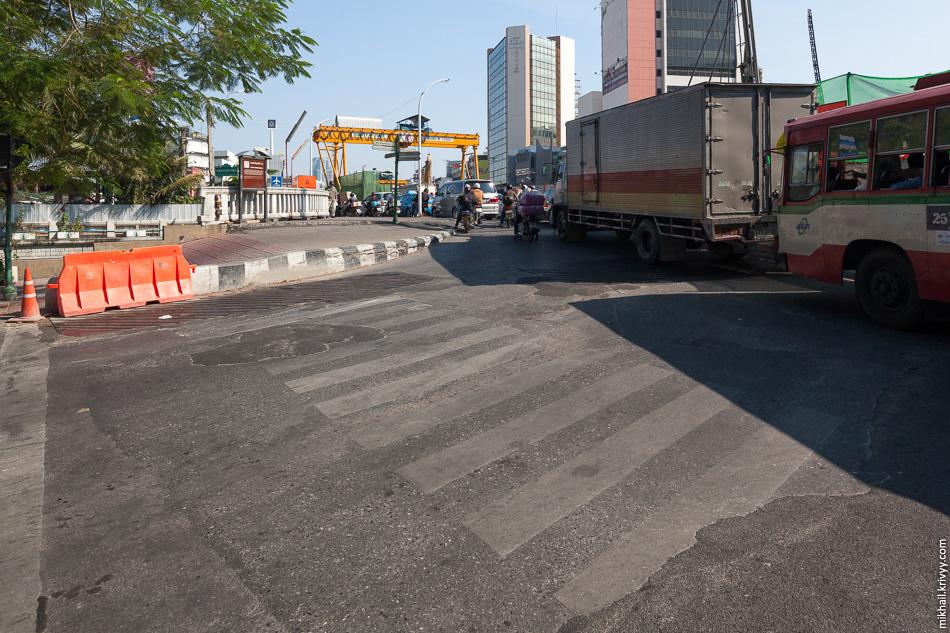 Пешеходный переход и полуметровый бордюр (поребрик).