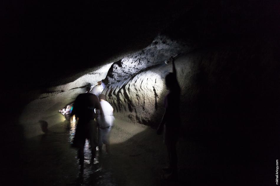 И по пещере ведут до одного из хонгсов.